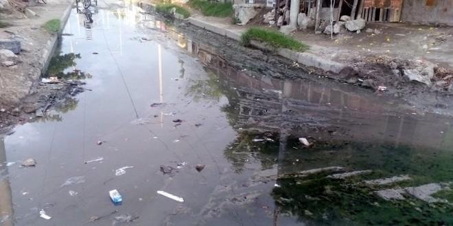 Vecinos del barrio Brisas del Mar, obligados a convivir con las aguas asquerosas