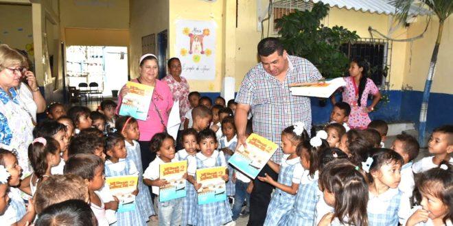 Puebloviejo: Alcalde entrega material didáctico a estudiantes de escuela en Tasajera