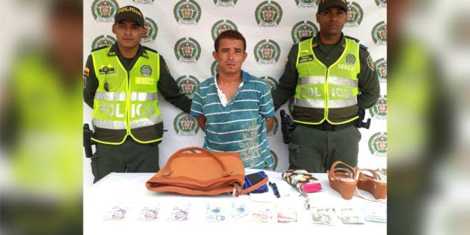 Con la cooperación de la comunidad, la Policía lo capturó después de robarle a una mujer