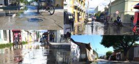 Aguas de alcantarillas rebasadas bañan nuestras calles