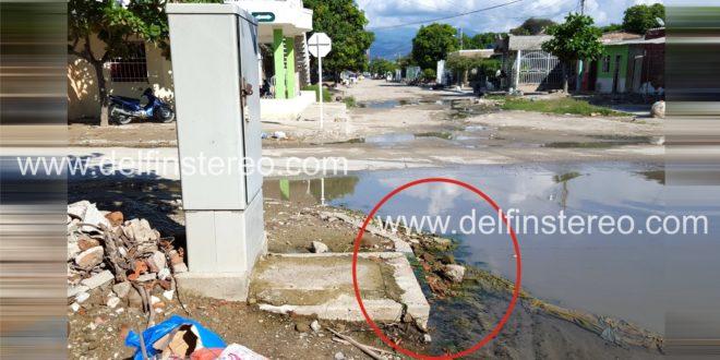 Agua de una caja de registro de Telefónica Movistar mantiene charco en la calle 20 con carrera 8