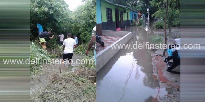 Habitantes de 'Los Pitufos' limpian sus propios canales de desagüe