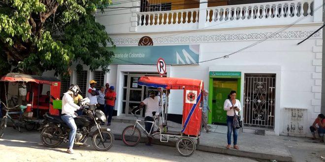 Educadores y pensionados se quejan de maltrato en Banco Agrario sucursal Ciénaga