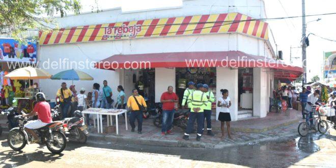 Delincuentes motorizados asaltaron Drogas La Rebaja de la calle 16 en Ciénaga