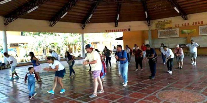 Ensayos y montajes de la danza del caimán se observan en algunas calles