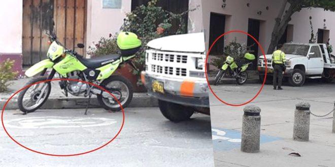 El estacionamiento de las autoridades de tránsito en zona prohibida, genera malestar